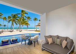 Oceanfront Junior Suite Swim Up King View