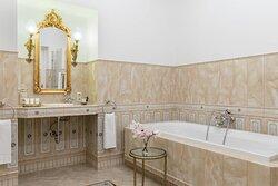 Guest Bathroom – Shower/Tub