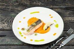 Эскалоп из лосося на печеной тыкве с медовой заправкой