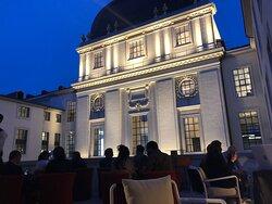 Prenez place en terrasse, face au dôme du Grand Hôtel-Dieu.