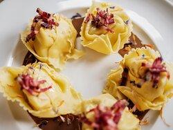 Ravioloni SOTTOBOSCO, con speck di manzo e salsa ai funghi porcini
