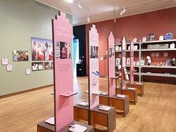 Wat een prachtige museum! Ik werd hartelijk ontvangen zowel door de receptie als de gastvrouw. Wat een vriendelijk dame was dat en ze zag er keurig prachtig uit in haar roze tweedeling pak. Prachtig!