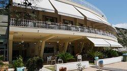 Bygningen med strandbar, snackbar, butik og restaurant