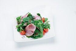 Салат с ветчиной, миксом зелени и сливочным соусом