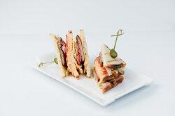 Сендвич с ветчиной и беконом