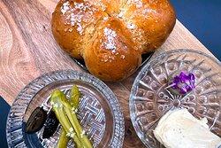 Brioche mit Amazake / Pickles / Beurre noisette / Pilzpaté