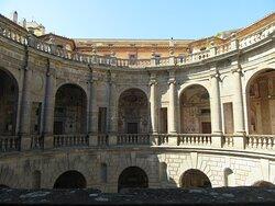 Palazzo Farnese - il cortile circolare