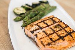 salmón a la brasa con verduras