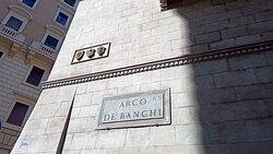 Per i vicoli, sino all'Arco dei Banchi...