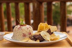 Picanha da casa - deliciosa picanha bovinha com batatas chips, arroz especial da casa, vinagrete e farofa.