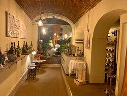 L'Ancora - INTERNO - Location centrale in via della Rocca non lontano da Corso Vittorio; locale elegante e romantico con un bel dehor arredato con cura usando il verde e l'illuminazione;
