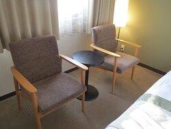 ツインルーム 椅子があるのでゆったり