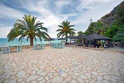 Φαγητό με θέα το Ναυάγιο και την παραλία βαλτακίου!
