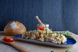 Ensalada de tomate con atún escabechado casero, cebolletas frescas y vinagreta de frutos rojos