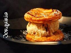 Sándwich de hojaldre de manzana con helado de vainilla y nueces