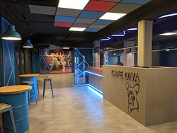 Im DAS DA-Foyer können Zuschauer*innen vor und nach der Vorstellung Snacks und Getränke genießen.
