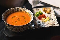 Nuestro gazpacho andaluz tradicional con su guarnición y picatostes. En nuestro menú de mediodía en verano