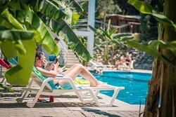 Carola Lodge Huacachina hotel con piscina.