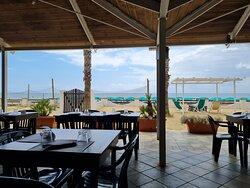 Spiaggia pulita e rilassante, senza confusione. Hotel pulito, curato ed un'ottima cucina. Bello gustare il cibo guardando il mare.