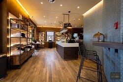 Degustazione e Vendita prodotti   locali Souvenirs e articoli regalo Enoteca e vermuteria
