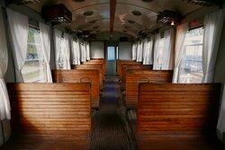 L'interno di uno dei rotabili storici conservati alla Ferrovia-Museo.