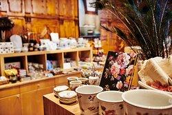 Hallwylska museets butik erbjuder ett sortiment inspirerat av palatset. Här finns husgeråd som handdukar, dammvippor av strutsfjädrar och handblåsta dryckesglas.