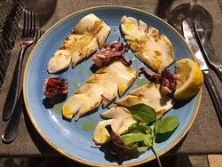 Spaghetti con le vongole, calamari alla piastra, frittura di calamari e totani.