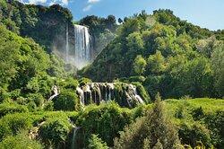Nel cuore incontaminato dell'Umbria, sorge il suggestivo panorama delle cascate delle Marmore. Tra le più alte d'Europa, visto il loro dislivello di ben 165 metri diviso in tre splendidi salti, le fragorose cascate si snodano all'interno di un parco naturale dove potersi immergere per ammirare una vegetazione lussureggiante e bellezze incredibili, come le grotte di travertino scavate dall'acqua nel corso dei secoli