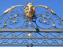 grille d'honneur : double tête de cheval dorée à l'or fin. Les abeilles ont été ajoutées après la visite de Napoléon III en 1863