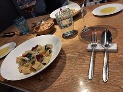 pasta au bar... La table est élégante et raffinée.