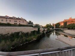 Vista de parte del hotel, el río y el castillo de Peñafiel