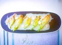 Fiori di zucca con farcia di pesce bianco dell'Adriatico, ragù di crostacei e salsa al prosecco