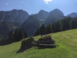 Blick von der Alm ins Gebirge