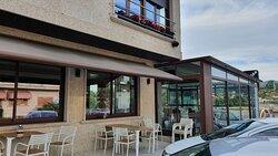 Parcial de la fachada y terraza acristalada