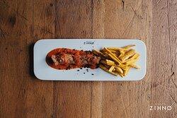 ZIHNO Golden Currywurst  Hähnchen – Currywurst aus eigener Herstellung I Papaya – Tomatencurry I Bananenpommes I Papayapfeffer I Blattgold
