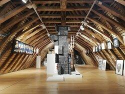 'En ricochet : Jacques et Marie-Rose Lortet', un couple d'artistes, pour une exposition sous les combles du musée.