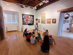 Visite Jeune public, avec un groupe d'enfants en train de s'amuser à reconnaître des éléments des tableaux.