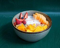 bowl de fruta con jocoque natural