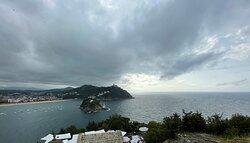Randonnée sur le mont Urgull 🥾   Vue  panoramique de la baie de San Sebastián.
