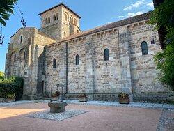 Un magnifique village médiéval avec une église et un Prieuré à voir, les visites sont gratuites.