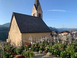 Piccola chiesetta in un borgo antico e molto caratteristico con il cimitero adiacente davvero particolare.
