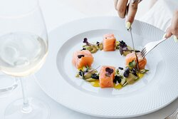 Salmão marinado e o seu caviar, com pure de abacate, espargos verdes marinados em vinagrete de mostarda e gel de limão