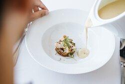 Sopa de caril com peito de frango fumado, maçã caramelizada e coco ralado