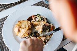 Bife wellington com o seu molho, batata gratinada e cenouras e cogumelos salteados