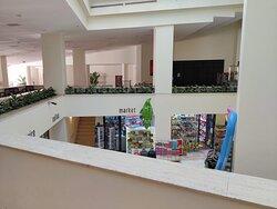 Первый этаж - внизу можно увидеть небольшие магазинчики с необходимыми мелочами.