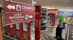 Interior da loja de souvenirs do Movie Cars Entertainment em Foz do Iguaçu. Eternize sua experiência com nossos artigos exclusivos.