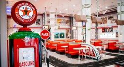 Interior do nosso restaurante e hamburgueria com estilo dos anos 50, com uma variedade para seu café, almoço e jantar. Entrada gratuita ao restaurante.