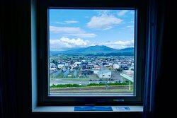 窓から富良野岳が遠望できる。