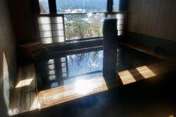 露天風呂からの眺め、眼下に富良野の街並みが広がる。