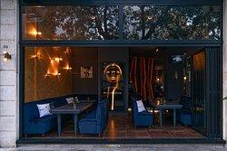 La champagneria tra l'interno e l'esterno servita da aria condizionata con comodissimi divanetti è possibile prenotare l'intera sala per eventi o feste private